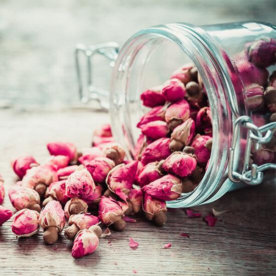 Rosenblüten im Glas